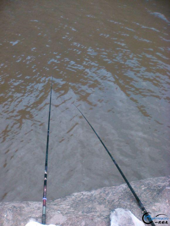 我朋友在4平方左右的大平石上做钓,离水面2米