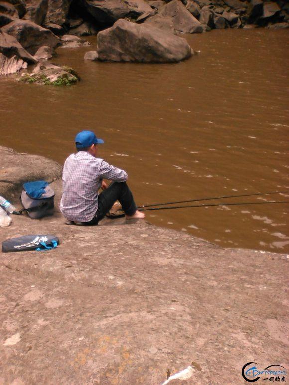 大平石,此钓点不适合台钓,瀑布卷起的浪花只适合传统钓
