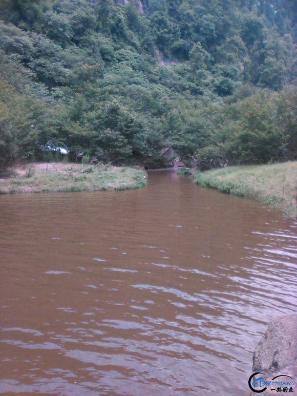 深潭出水口,深潭面积约5-7亩,深度在8米左右(最深点,矶竿钓鲤鱼试过)