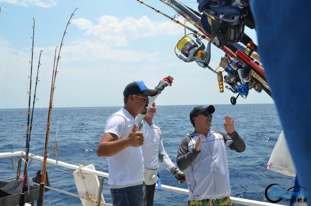 钓鱼人打拼多年积累下的渔具,年老时不知能换多少个不锈钢盆-13.jpg