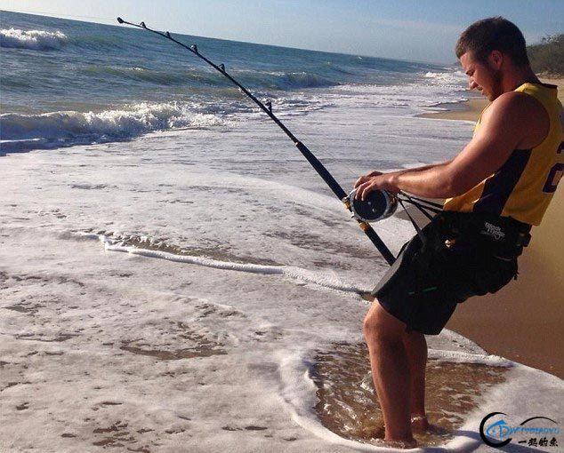 常规的钓鱼已经满足不了这些钓鱼人了,他们已经开始钓鲨鱼了-1.jpg