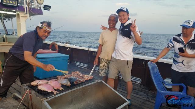 钓鱼人的海上大餐竟然是烧烤金枪鱼和金枪鱼刺身,真的好奢侈-5.jpg