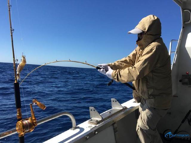 钓到大鱼兴奋的拉出水瞬间惊出一身冷汗,大鱼被吃的仅剩鱼头-2.jpg