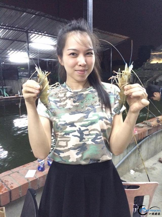 中国美女主播竟也组团去越南钓虾,这是要灭绝罗氏虾的节奏啊-2.jpg