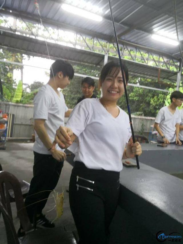 中国美女主播竟也组团去越南钓虾,这是要灭绝罗氏虾的节奏啊-20.jpg