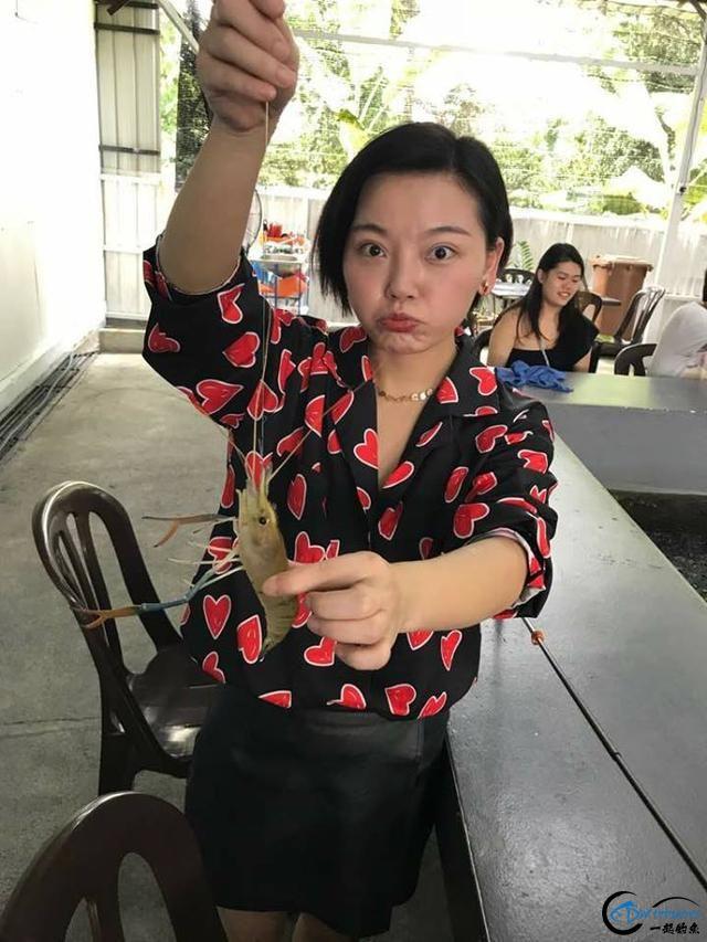 中国美女主播竟也组团去越南钓虾,这是要灭绝罗氏虾的节奏啊-16.jpg