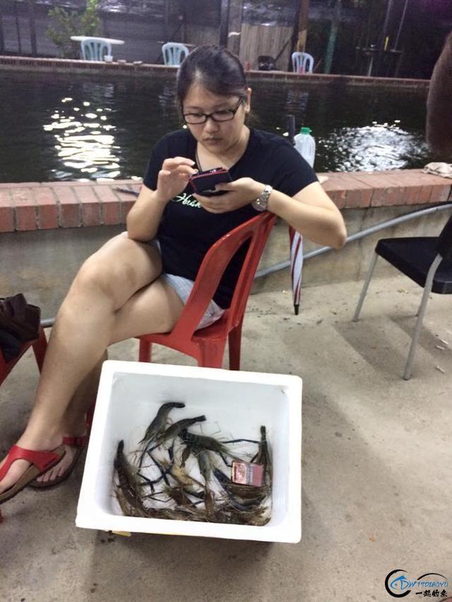 中国美女主播竟也组团去越南钓虾,这是要灭绝罗氏虾的节奏啊-19.jpg
