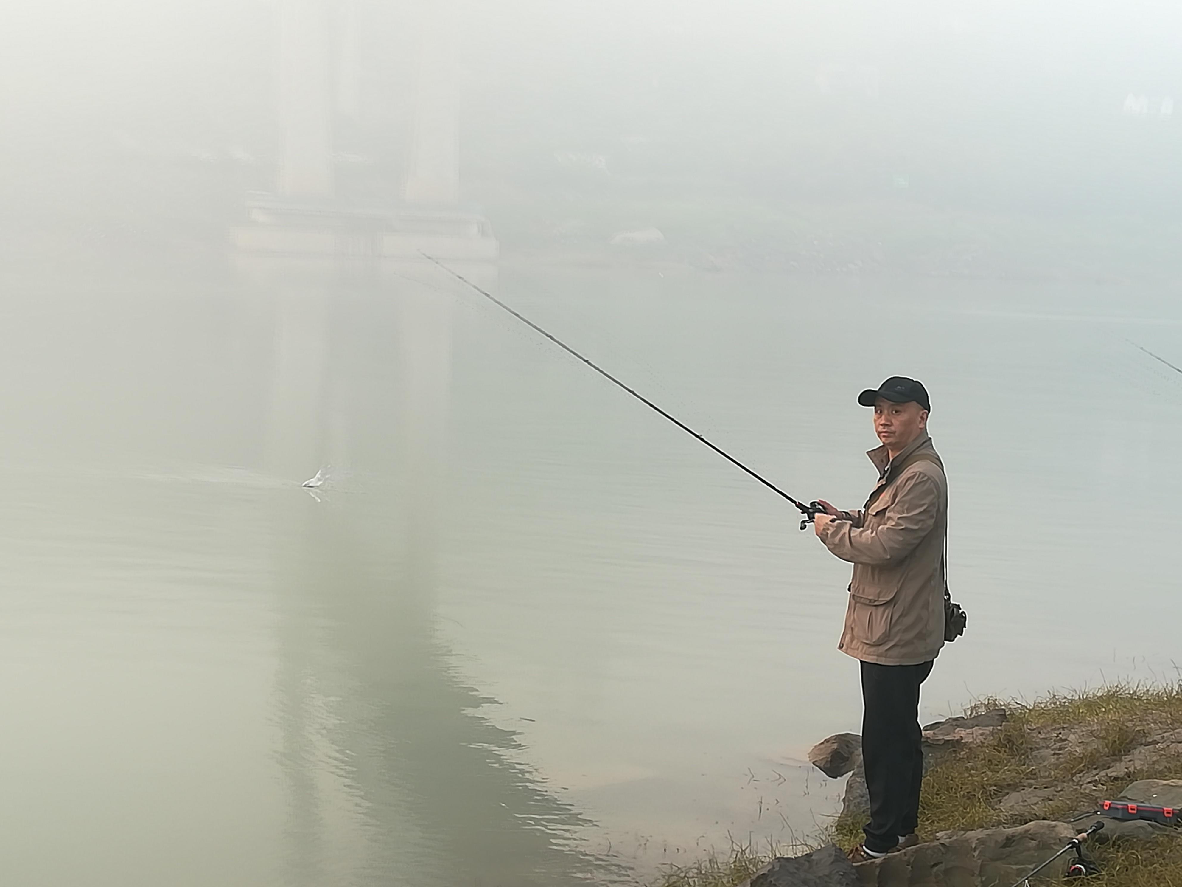 在另一个位置钓鱼的二哥