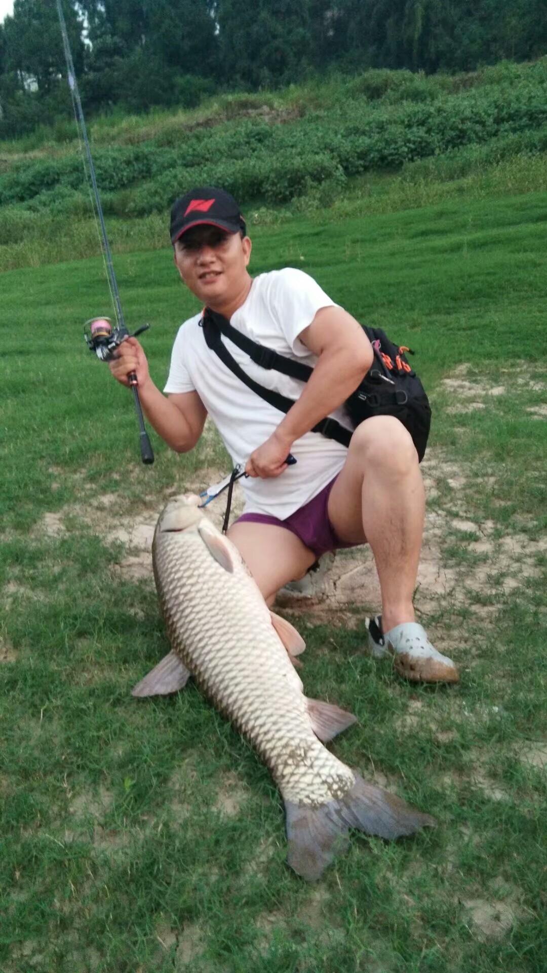 摆好姿势与路亚钓的乌江草鱼拍照