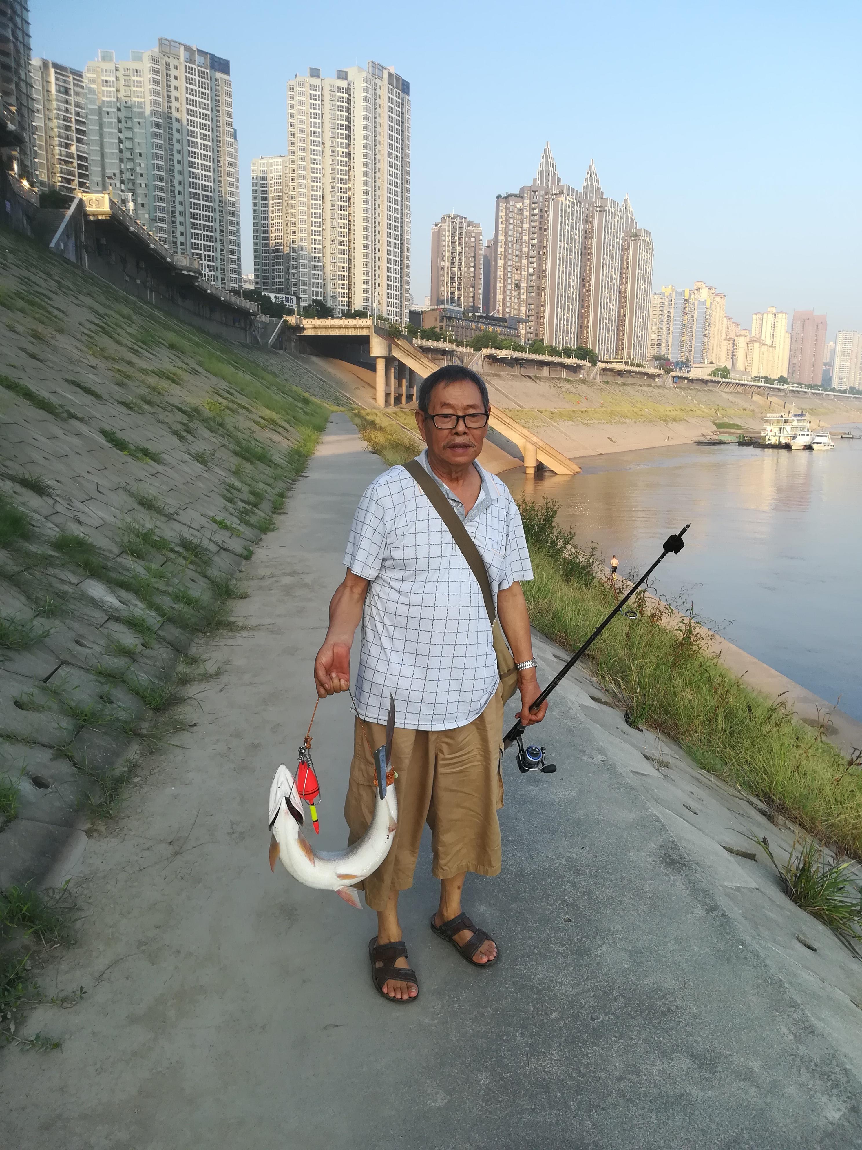 75岁的老刘高兴得咪咪笑