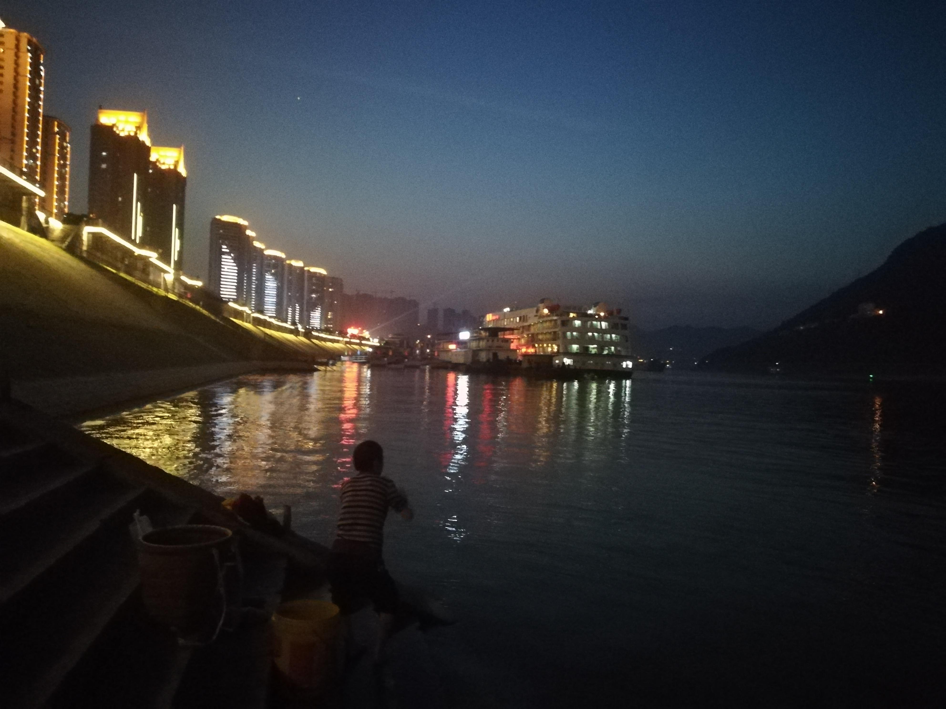 江边的夜晚灯光漂亮吗